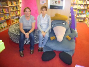 Carmen Sáez y Mari Cruz Zurbano en la librería Foyles de Londres. Junio 2009