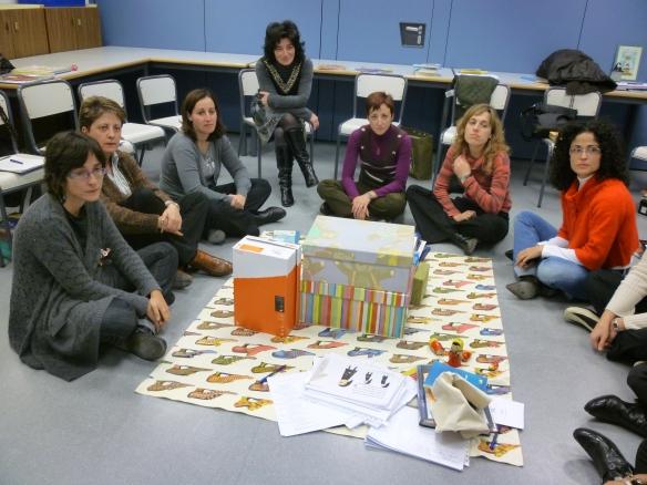 """Maestras del club de lectura de Autol jugando a construir con cajas """"La casa de Tomasa"""""""
