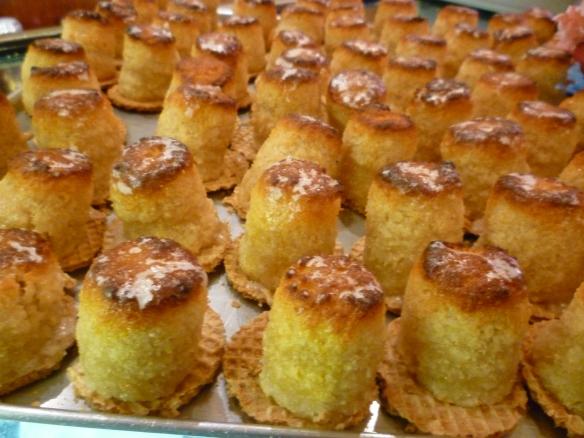 Mazapanes recién sacados del horno en un escaparate de una pastelería en Logroño.