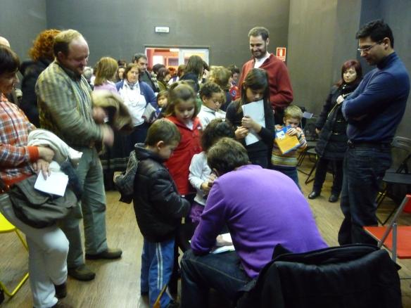 Chandro firmando los libros que cada niño trajo de su casa