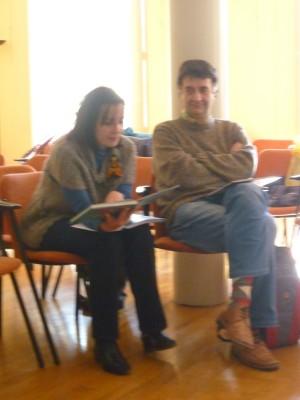 Elisa tarareando a ritmo de rap, a su lado Javier Asensio.