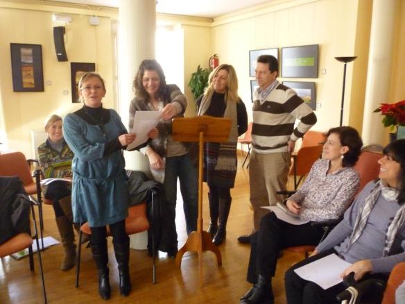 A la izquierda Pilar, en el centro Josune en la sesión del club Todo el mundo va del 11 de diciembre