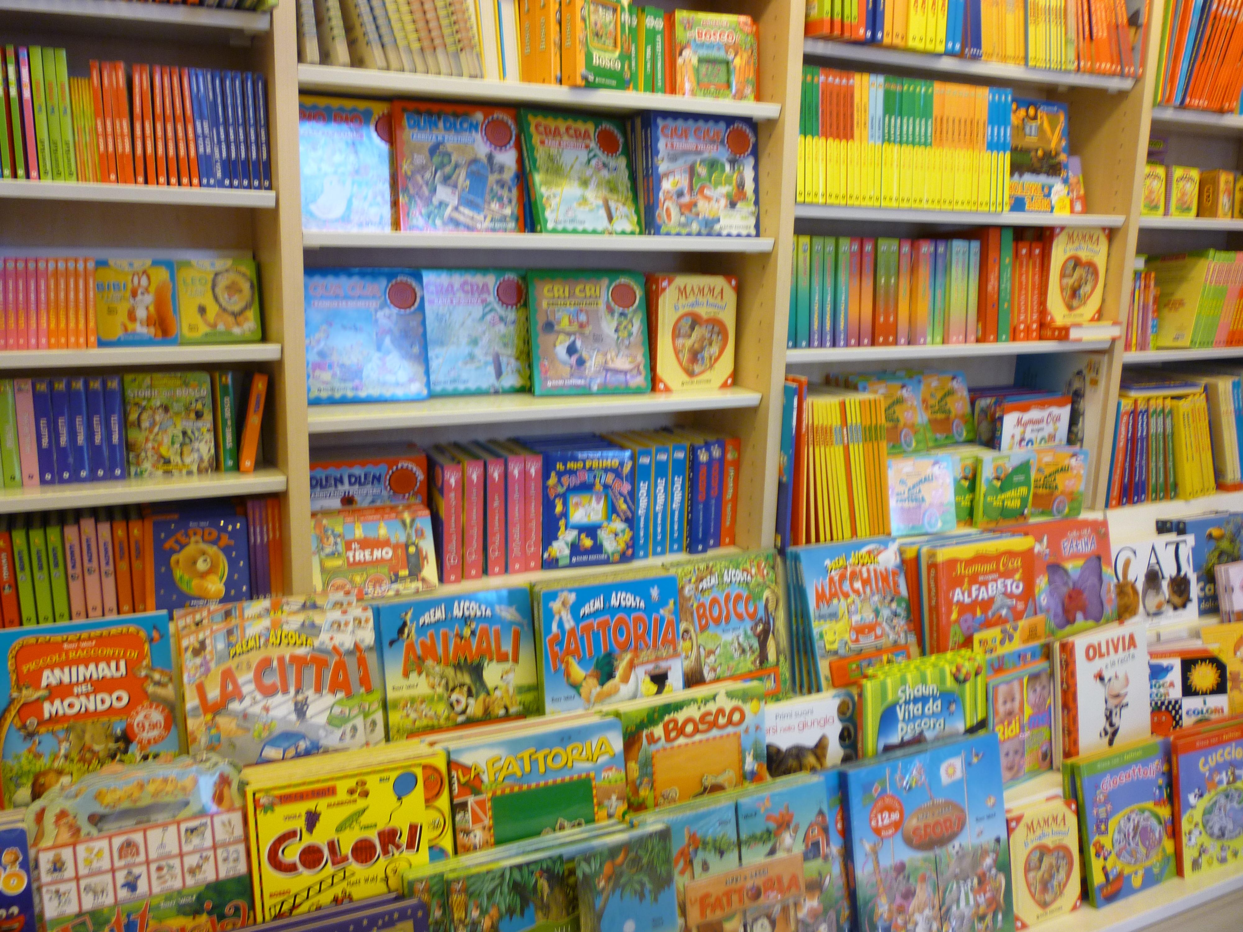 La mejor librer a para ni os de roma la casa de tomasa - Librerias de pared ...