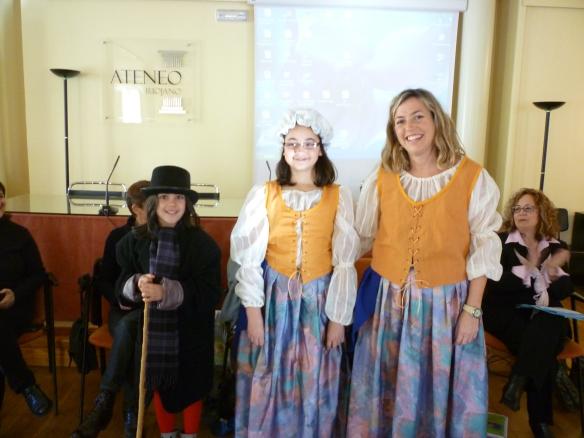 Loles y dos de sus alumnas que bajaron desde Albelda para compartir la sesión con Dickens y tras haber homenajeado a Andersen en su Cole.