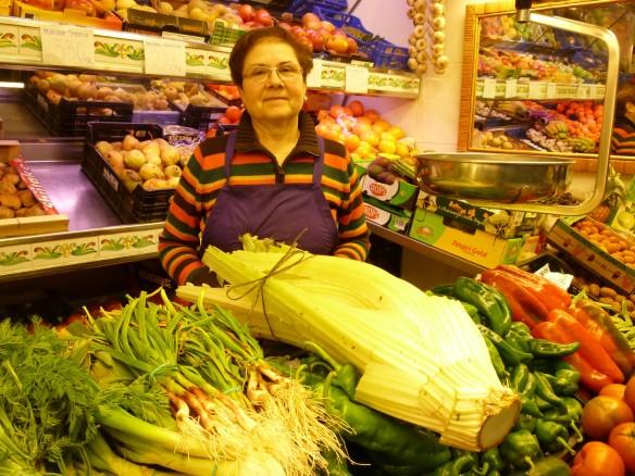 Sábado 22 de diciembre de 2012. Raquel en el mercado del Corregidor de Logroño. Aquí hemos comprado el cardo. Me gusta ir a la plaza con mi padre los sábados porque Raquel siempre me regala alguna cosita especial, hoy un puñadito de cerezas.