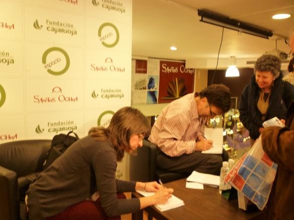 """Helena Ortiz y Javier Asensio dedicando su libro disco """"Canciones tradicionales riojanas"""""""