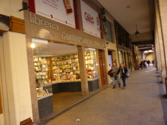 Al lado de la Plaza del Mercado, junto a la Catedral en la Calle Portales de Logroño está ubicada la librería Cerezo, patrocinadora del programa. Imagen tomada el 15 de marzo de 2013.