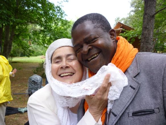 Boni Ofogo y la romancera bromean sobre el contraste que ofrecen ¡Tú tan negro y yo tan blanca!