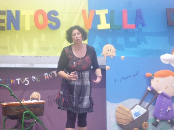 Eugenia Manzanera (Toledo) que también contó para bebés, con mucha ternura y con infinidad de registros: canta, interpreta, hace papiroflexia, cuenta, crea...