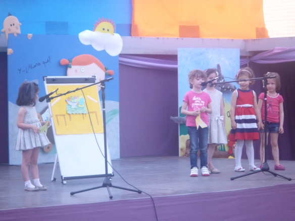 """Lucía, Daniela, Ana, Nahia y Alba (Grupo Ed, Infantil, 4 años) nos contaron """"Pajarita de papel"""" como auténticas profesionales. ¡Se llevaron el aplauso más prolongado de toda la tarde!"""