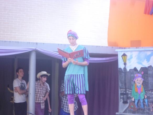 Fernando Pérez Villoslada, responsable del grupo de Scouts de Autol, entrenó a este grupo de 1º ESO (Naiara, Andrea, Víctor, Pablo y Sara) que contaron una versión cómica de Cenicienta.