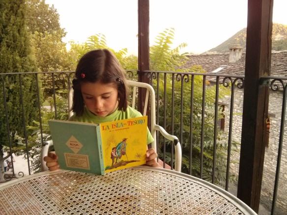 """Laura muy concentrada leyendo una adaptación de """"La isla del tesoro"""""""