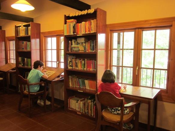 Mis amigos David y Laura leyendo