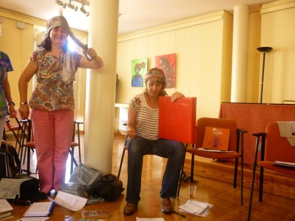 Elisa Tobalina con su pandero interpretando ¡Una botella de ron! Ramos Corral no cabe en si de gozo, como niña con espada nueva.