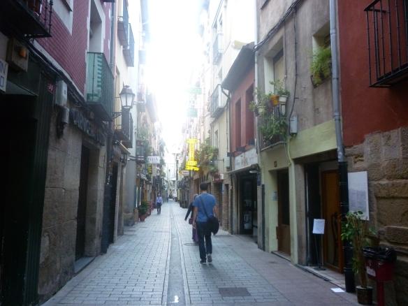 Calle San Juan de Logroño. Llevan varios días barriendo y engalanando las calles antes la visita Tomasil. ¡Ni que fuera la Leticia!