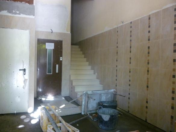 La escalera del portal recién colocada ¡Ya les queda poco!
