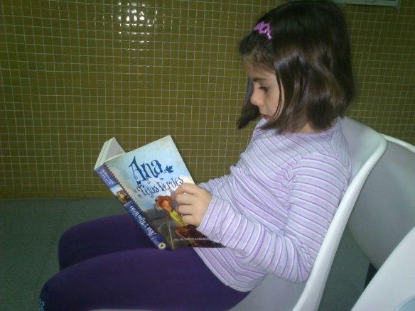 Esta es mi amiga Laura que estaba esperando para entrar a la pediatra y aprovecha el tiempo para leer. ¡Me va a ganar!
