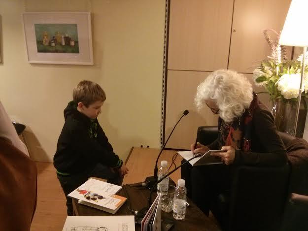 """Rodrigo le pidió a Carmen Solé que le dedicara los tres libros que su madre le acababa de comprar: """"pero los he elegido yo"""""""