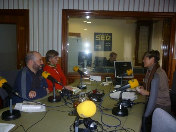 """Rubén Ochagavía con Mari Cruz Zurbano y frente a ellos Teresa Alonso. """"Tomasa en la radio"""" Miércoles 19 de febrero de 2014."""