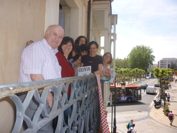 Tomaso y Tomasas en el balcón del Ateneo riojano. Logroño, sábado 10 de mayo de 2014. ¿Adónde irá ese autobús? ¡Ya no lo pillamos!