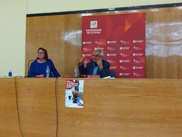 Carmen Sáez, bibliotecaria de la Unviersidad de La Rioja presentando a Antonio Rodríguez Almodóvar. Logroño, 20 de febrero de 2015.