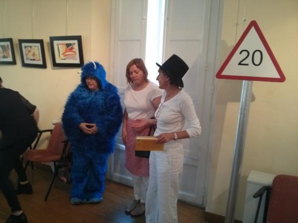 Los presentadores del Concurso de limerick: Papá Mumin (Mari Cruz Zurbano), Mamá Mumin (Carmen Sáez y Monstruo presentador de la gala (Mayte García).