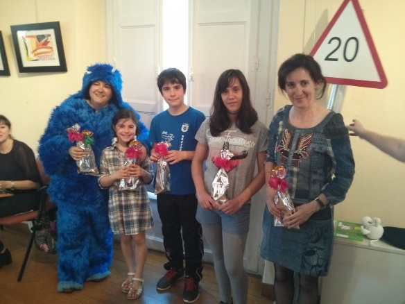 Ganadores del concurso de limericks: Mayte García, Laura Ochagavía, David Ochagavía, Inés Vega e Inma Corral. Todos con sus regalos.