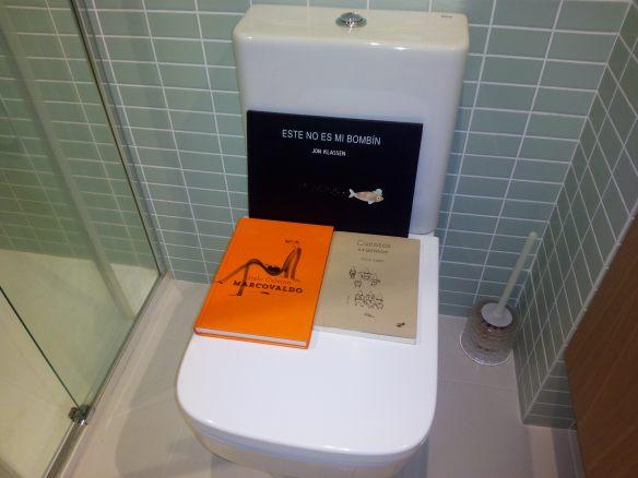 Estos son los tres libros que hay que leer este verano. Cuarto de baño de Tomasa en Logroño.