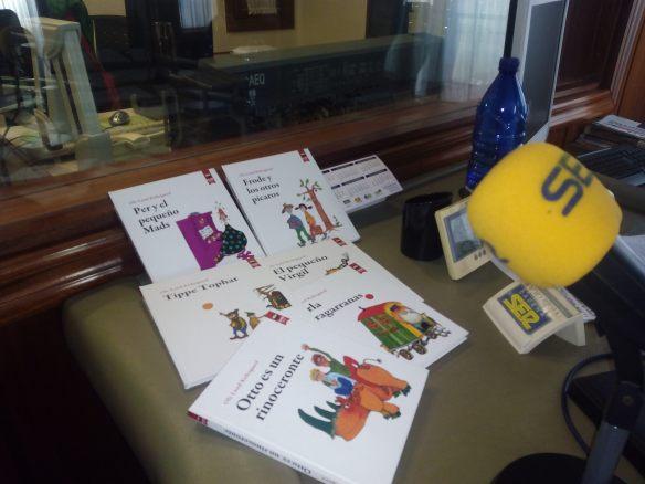 En la sede de la Cadena Ser en Logorño hablando de los libros de Kirkegaard. 30-09-2015