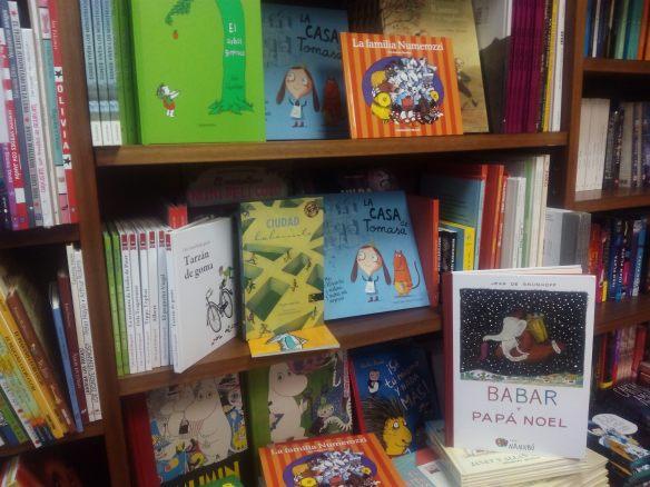 Ejemplares de nuestra lista navideña en la librería Cerezo de Logroño (C/Portales). Babar y papá Noel es el libro que regala la librería a la primera persona que llame. 28-12-2015