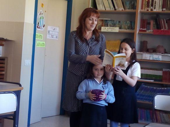 Una adivinanza lee la hija, otra la madre y la más pequeña lleva una cajita con raciones de chocolate para el que acierte.