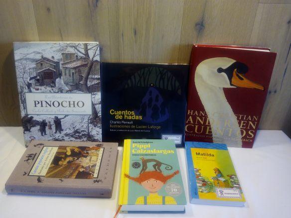 Cata a ciegas. D estos libros seleccionamos algunos pasajes. Un niño lo lee en voz alta y el resto han de adivinar a qué libro pertenece. Cuando lo adivinan les mostramos el libro.