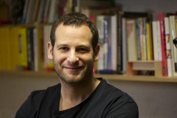 """Dan Freedman (Londres, 1977). Futbolista y periodista. Creador de la colección de libros para niñas y niños """"Jamie Johnson""""."""