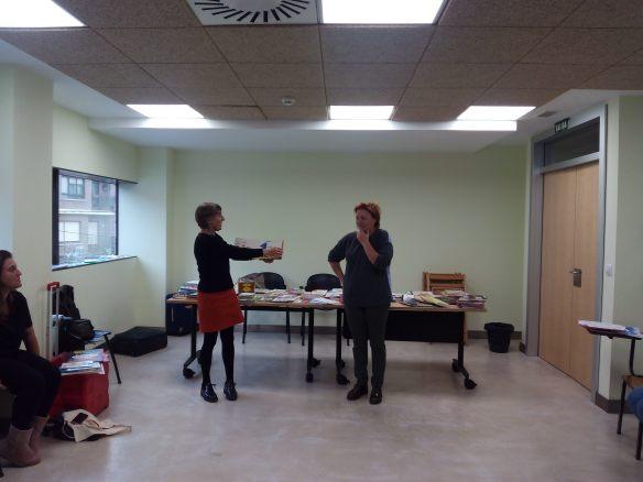 Mari Cruz Zurbano (Izqda.) y Carmen Sáez contando Un dos tres, ¿qué ves? Taller en Nájera. 12-11-2016