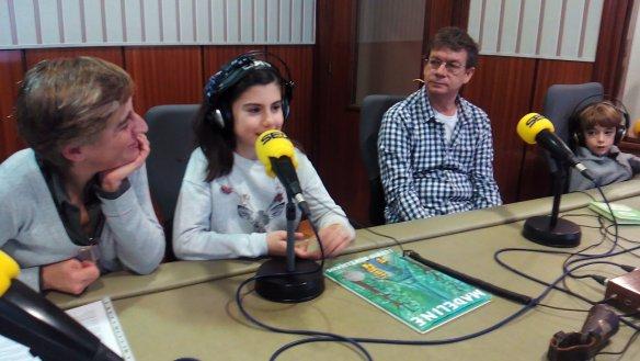 Laura Ochagavía hablando de Madeline. Samuel con sus cascos puestos la observa atento. Cadena Ser. Logroño, 04-01-2017