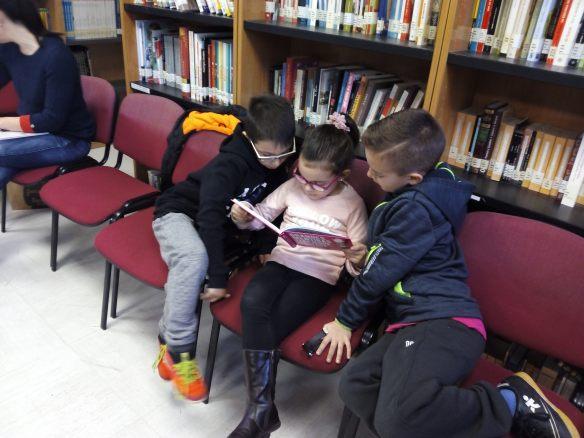 Tres niños leyendo Mentiras. 29-01-2017
