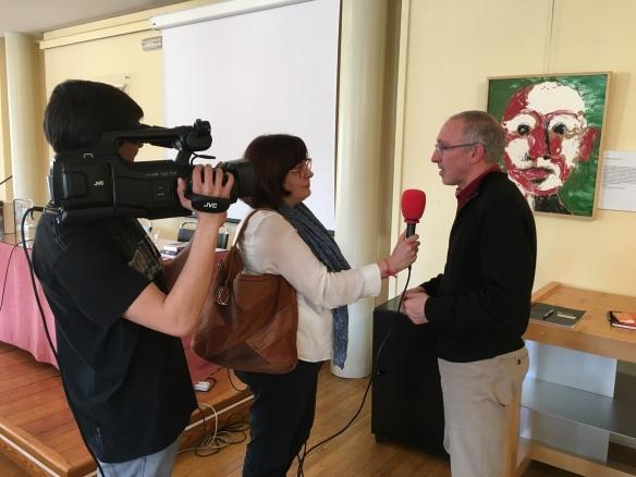 Miguel Ángel Muro, profesor de la Universidad de La Rioja, respondiendo a las preguntas de Carmen Cacho. Javier García con la cámara. Logroño, Ateneo. 18-02-2017