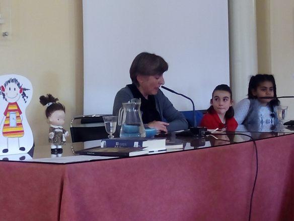 Mari Cruz Zurbano presentando a las chiquillas.